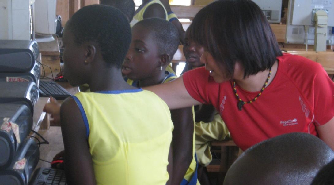 A Projects Abroad volunteer gains IT teaching work experience in Ghana by assisting with lessons in the classroom.